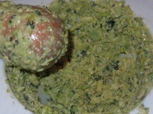 Pestello e mortaio per una salsa di fave antica e profumata
