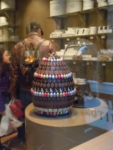 Elegante uovo pasquale di cioccolato in una vetrina di Bruxelles