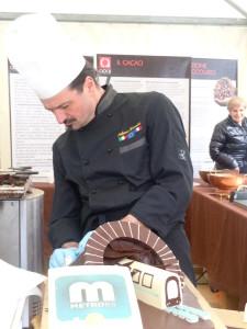 """Lo chocolatier Stefano Donelli """"ricrea"""" la metropolitana di Brescia"""