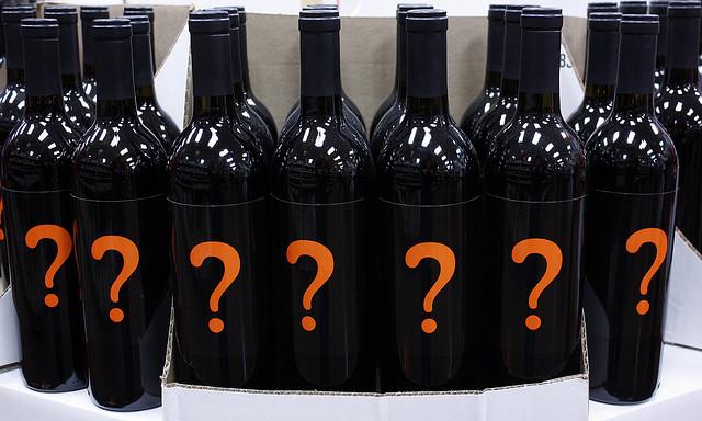 bottiglie di vino con etichetta interrogativa
